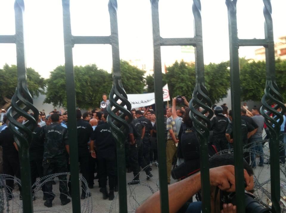 عاجل: اشتباكات عنيفة أمام مجلس نواب الشعب بين الأمن و
