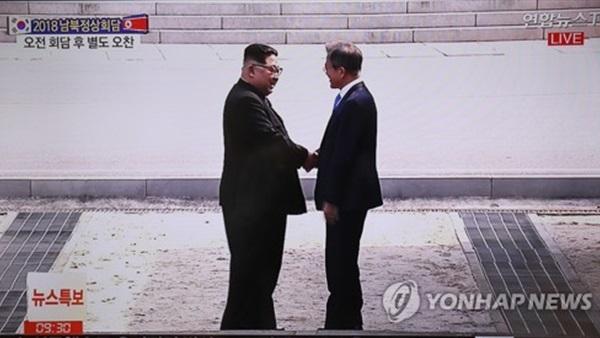 على الخط الحدودي الفاصل: مصافحة تاريخية بين رئيس كوريا الجنوبية وزعيم كوريا الشمالية