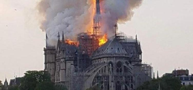من أهم المعالم السياحية في العالم: حريق ضخم يلتهم كاتدرائية نوتردام