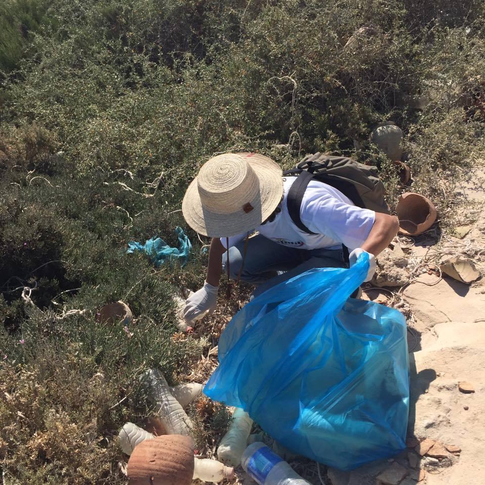 القصرين: بسبب تراجع العمل البلدي.. عدد من شباب الجهة يتطوع لتنظيف الشوارع والأحياء