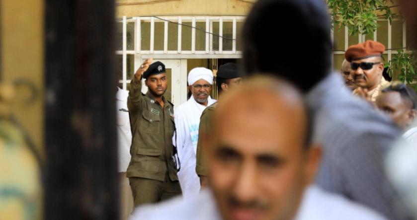 بالصور و دون أصفاد : أول ظهور للرئيس السوداني المعزول عمر البشير