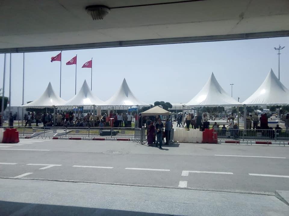 تركيز خيام لحماية المُنتظرين من الحرارة بمطار تونس قرطاج