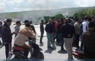 بعد إيقاف مندوب الفلاحة و7موظفين في سيدي بوزيد : محتجون يغلقون الطريق ويمنعون مرور كافة وسائل النقل