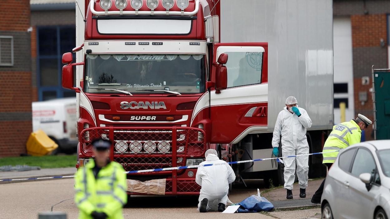 بريطانيا تتعرف على هوية 39 شخصا عثر على جثثهم داخل شاحنة