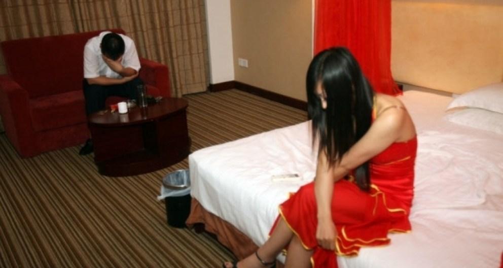 زوجة حارس العمارة رقصت في شقة الصيدلي..ومارست معه الجنس ثم صوّرها.!