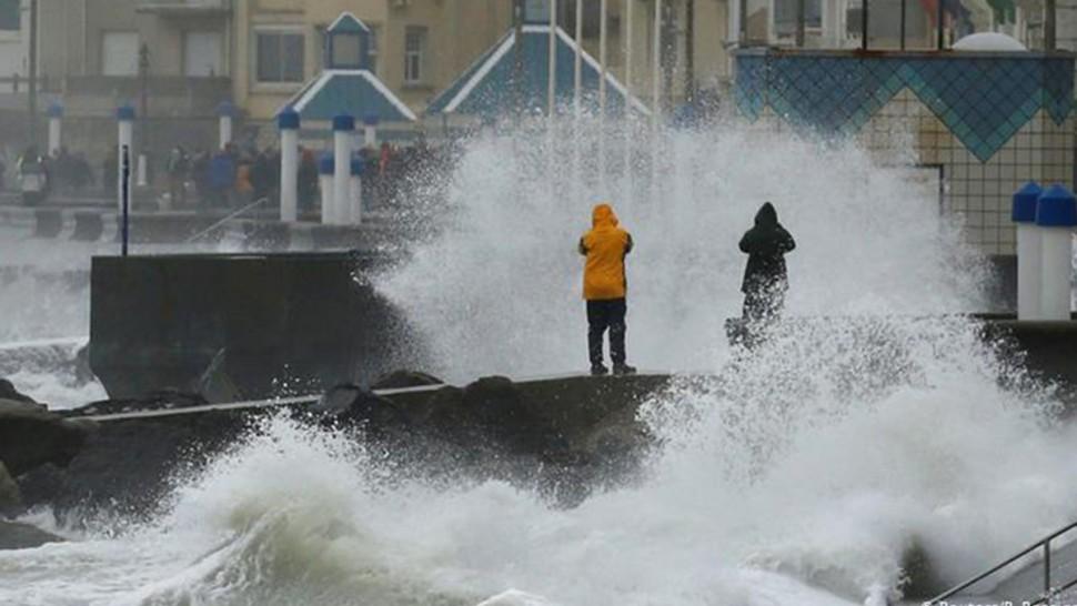 اضطرابات في حركة الطيران و القطارات في أوروبا بسبب عاصفة
