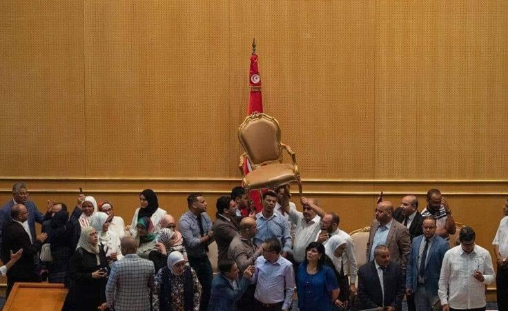 المُصادقة على منع النواب من إعتلاء منصة رئاسة البرلمان..