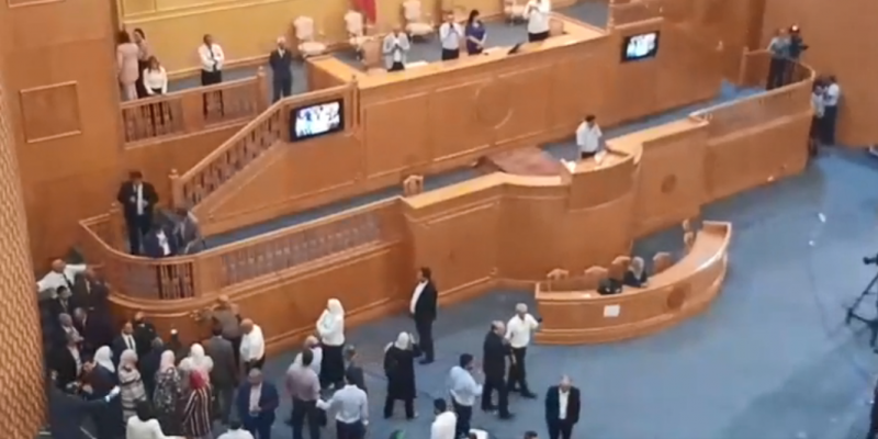 المشرفون على تأمين قاعة الجلسات يمنعون نوابا من الصعود إلى منصة الرئاسة لإنزال نواب الدستوري المعتصمين