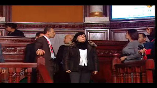 عبير موسي تعتلي منصة رئاسة البرلمان وتعمد إلى تعطيل أشغال المجلس