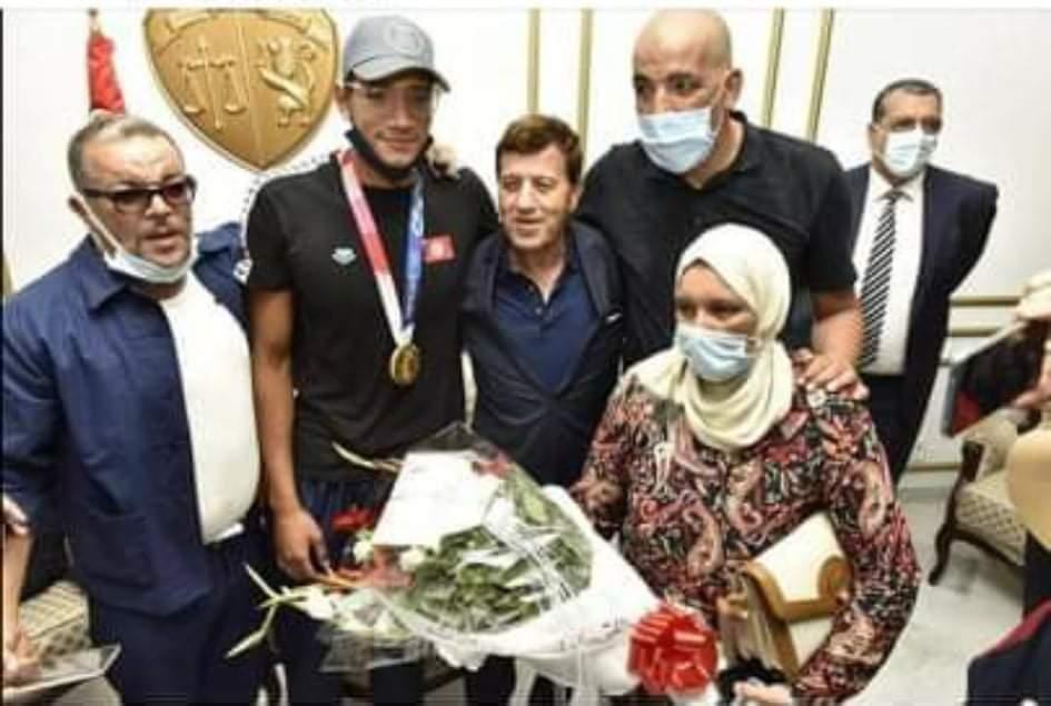 الجامعة التونسية للسباحة تحتفي بعودة البطل الاولمبي احمد ايوب الحفناوي