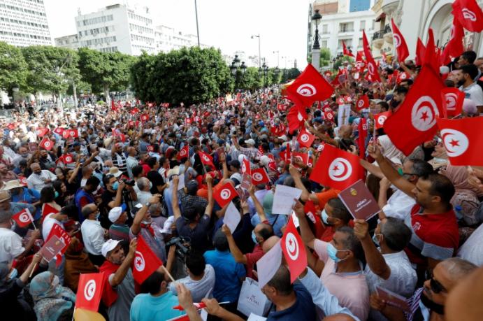 متمسكين بالدستور: آلاف من التونسيين ينددون باجراءات قيس سعيد.. وأمريكا تدخل على الخط!!
