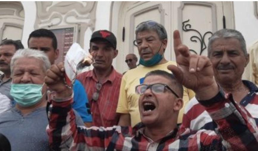 (بالصور) - أنصار الرئيس يحرقون الدستور..